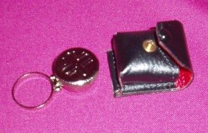 CW959: Single oil container with finger ring in a leather case.