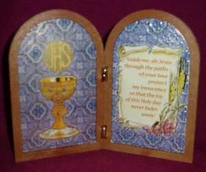 Folded Plaque for First Communion, showing the symbol of the chalice and host