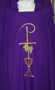 Chasuble, with pax, chalice and grapes embroidery. Available in the 4 seasonal colours.