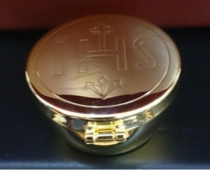Pyx with hinged lid that holds approx 20 wafers