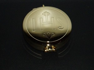 Gold pyx with a diameter of 50mm. Holds 15 wafers